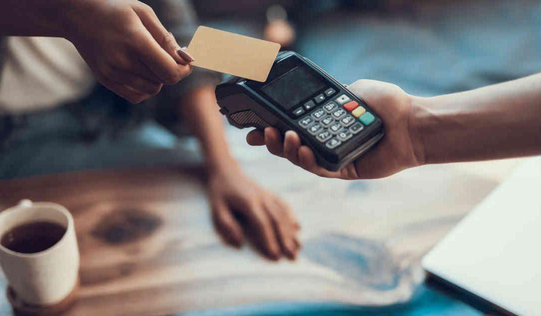 Aproxime e pague: cartão 'contactless' se populariza em meio à pandemia